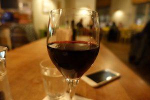 Glas mit Rotwein Bavarese